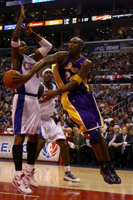 Kobe Bryant dumps a pass behind Mobley